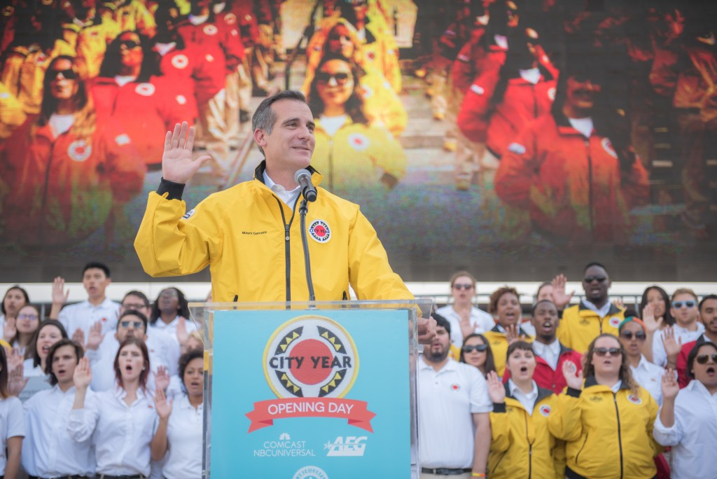 Mayor Eric Garcetti leading the City Year Corps pledge with its Los Angeles members behind him.