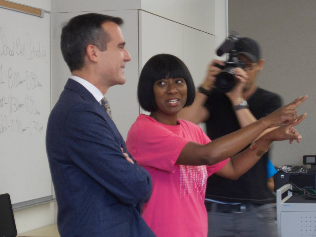 Daphne Bradford invites Mayor Eric Garcetti to watch her students tackle coding projects. | Willa Seidenberg