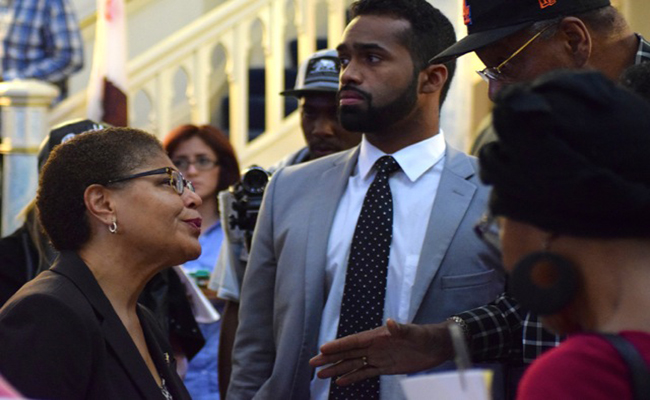 Rep. Karen Bass meet with Angelenos in South L.A. after asking for suggestions to improve police-community relations. |  Arielle Samuelson/Neon Tommy