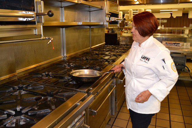 Grace Flores receives training as a chef in the international kitchen of LATTC. Through this training, she would be able to apply for a job with a higher salary.  | Photo by Araceli Martínez for La Opinión